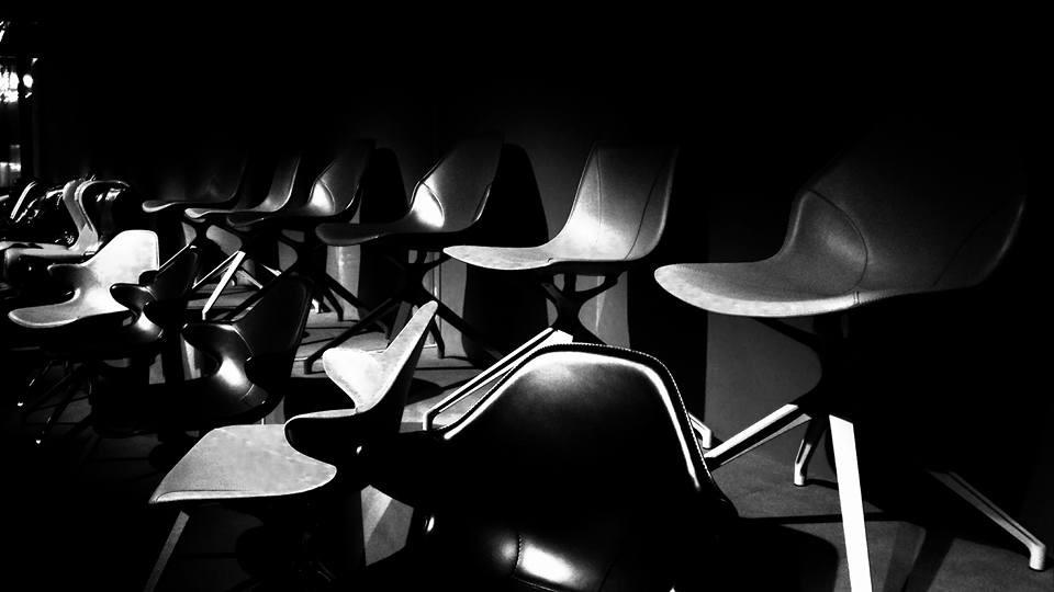 כסאות שחורים